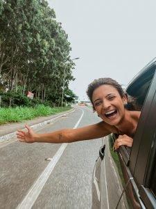 Mulher viajando de carro